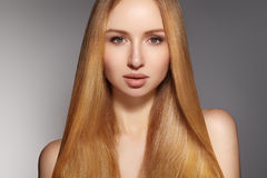 时尚长的头发 美丽的白肤金发的女孩 健康平直的发光的发型 秀丽妇女模型 光滑的发型 免版税库存图片