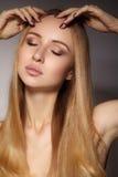 时尚长的头发 美丽的白肤金发的女孩 健康平直的发光的发型 秀丽妇女模型 光滑的发型 免版税库存照片