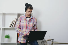 时尚青少年与膝上型计算机 库存图片
