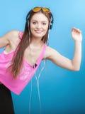 时尚青少年的女孩听音乐mp3放松愉快和跳舞 图库摄影