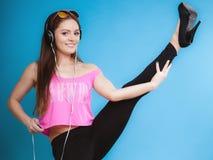 时尚青少年的女孩听音乐mp3放松愉快和跳舞 库存照片
