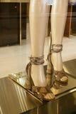 时尚鞋子陈列室显示购物零售 免版税图库摄影