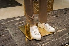 时尚鞋子陈列室显示购物零售 图库摄影