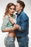 时尚魅力时髦的赃物年轻人夫妇画象  库存照片