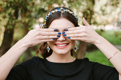 时尚,秀丽,柔软,修指甲 有宽明亮的修指甲的微笑的年轻愉快的妇女,白色微笑,直接白色 免版税库存照片
