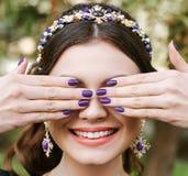 时尚,秀丽,柔软 有宽明亮的修指甲的微笑的年轻愉快的妇女,白色微笑,平直的白色牙 的treadled 免版税库存图片