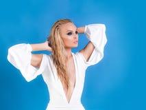 时尚,衣裳 少女的美丽的白色礼服 妇女模型 免版税库存照片