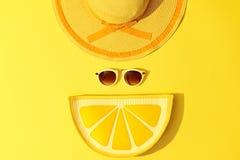 时尚晴朗的夏天集合 热的海滩震动 最小 免版税库存图片