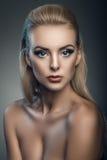 时尚年轻美丽的妇女演播室画象 免版税库存图片