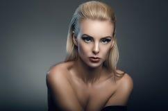 时尚年轻美丽的妇女演播室画象 库存图片