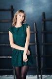 时尚绿色礼服的好女孩 免版税库存图片