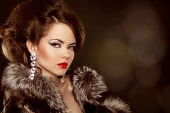 时尚画象。 有晚上构成的美丽的妇女。 首饰 图库摄影