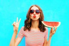 时尚画象妇女拿着切片西瓜和吹的嘴唇 库存照片