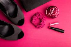 时尚Accessories Set夫人的 黑色粉红色 最小 黑鞋子、镯子、香水、唇膏和袋子在桃红色背景 平的l 免版税图库摄影