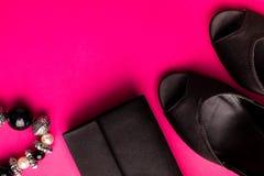 时尚Accessories Set夫人的 黑色粉红色 最小 黑鞋子、镯子和袋子在桃红色背景 平的位置 免版税库存照片