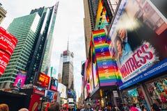 时报广场是纽约一条偶象街道  街道视图、霓虹艺术、广告牌、交通、街道艺术家和游人 ? 库存照片