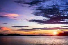 时期的轻美丽在日落光在海 库存图片