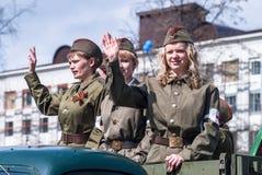 时期WW2制服的可爱的女孩在游行的 免版税库存图片