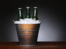 时段在木头的啤酒 免版税库存图片