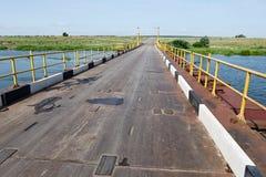 临时河桥梁 库存照片