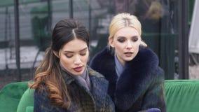 时装杂志盖子的Photosession  拍摄外套的冬天汇集 在的女孩式样开会 股票录像