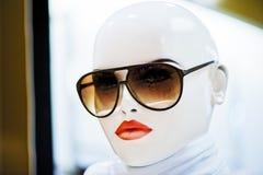 时装模特佩带的太阳镜纵向。 库存图片