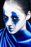 时装模特儿与五颜六色的粉末的女孩画象组成 有明亮的蓝色构成和白色皮肤的妇女 抽象幻想 库存图片