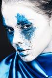 时装模特儿与五颜六色的粉末的女孩画象组成 有明亮的蓝色构成和白色皮肤的妇女 抽象幻想 免版税库存图片