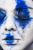 时装模特儿与五颜六色的粉末的女孩画象组成 有明亮的蓝色构成和白色皮肤的妇女 抽象幻想 库存照片