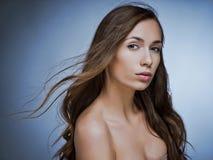 时装模特儿与长的吹的头发的女孩画象 魅力花花公子 库存照片