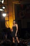 时装模特儿与黑礼服的塞西莉亚capriotti 库存图片
