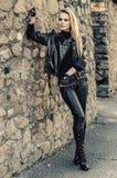 时装模特儿佩带的皮革裤子和夹克 库存图片