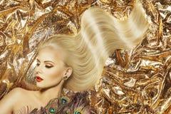 时装模特儿发型和秀丽构成,妇女挥动的头发 免版税库存图片