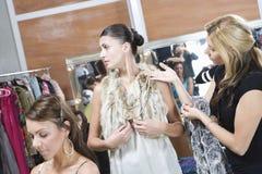 时装模特儿和美发师在化装室 库存照片