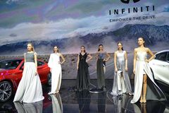 时装模特儿在Infiniti摊  库存图片