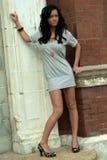 时装模特儿外部摆在 免版税库存图片