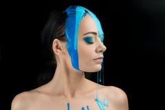 时装模特儿女孩五颜六色的面孔油漆 秀丽时尚美女艺术画象有流动的液体油漆的,抽象构成 库存照片