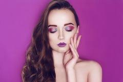 时装模特儿妇女创造性的桃红色和蓝色组成 秀丽美女艺术画象有五颜六色的抽象构成的 图库摄影