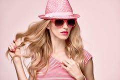 时装模特儿性感的女孩 疯狂的厚颜无耻的情感 桃红色 免版税库存照片