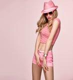 时装模特儿性感的女孩 疯狂的厚颜无耻的情感 桃红色 免版税库存图片