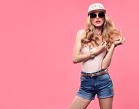 时装模特儿性感的女孩 疯狂的厚颜无耻的情感 桃红色 免版税图库摄影