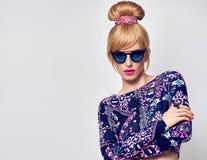 时装模特儿性感的白肤金发的女孩,魅力太阳镜 免版税库存图片
