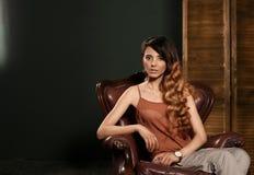 时装模特儿测试射击 有长的波浪发稀薄的苗条形象的完善的身体和俏丽的面孔美丽的性感的年轻深色的妇女 图库摄影