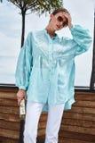 时装模特儿深色的妇女性感的俏丽的夫人夏天心情穿戴b 免版税库存图片