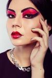 时装模特儿纵向 猩红色构成 黑箭头 库存图片