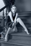 时装模特儿被射击的坐的楼梯间 库存图片