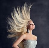 时装模特儿长发,有飞行发型的,女孩护发愉快的年轻女人 免版税图库摄影