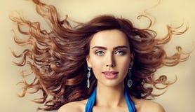时装模特儿风挥动的头发,妇女秀丽发型画象 免版税图库摄影