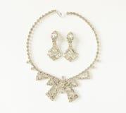 时装模特儿首饰 葡萄酒首饰背景 美丽的清楚的假钻石项链和耳环在白色背景设置了 平的位置, 免版税库存图片
