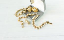 时装模特儿首饰 葡萄酒首饰背景 美丽的珍珠镯子和耳环在一个礼物盒在白色木头 平的位置,名列前茅vi 库存图片